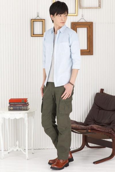 七分丈ストライプシャツ×Uネック長袖Tシャツ×6ポケットカーゴパンツ