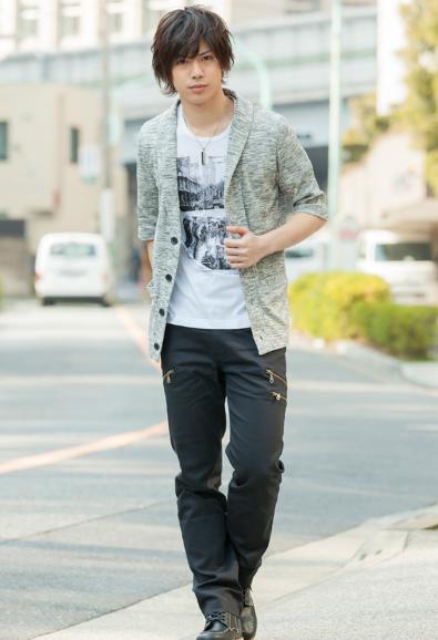 五分袖ジャケット風カーディガンx半袖Tシャツアンサンブル×チノパンツ