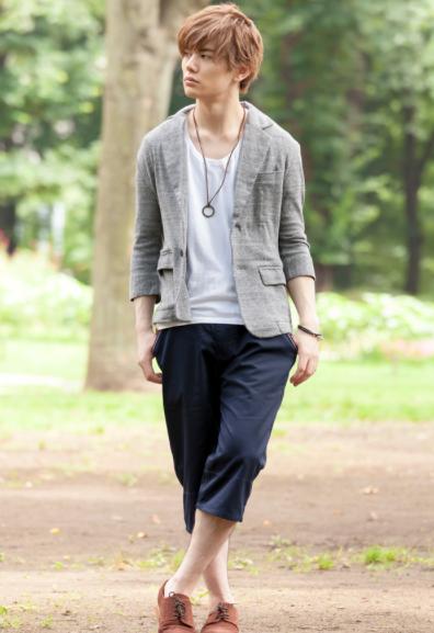テーラードジャケット×Uネック半袖Tシャツ×ショートパンツ
