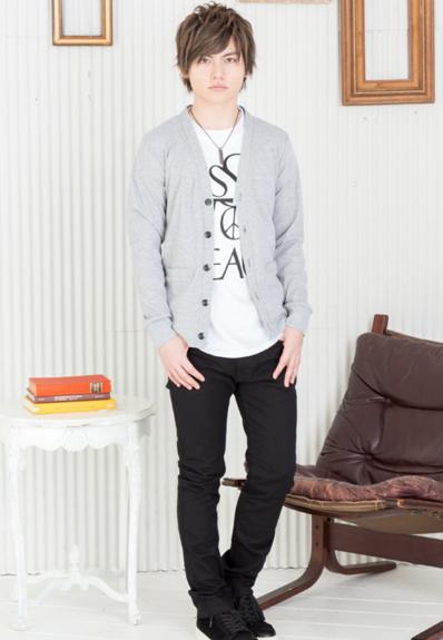 カーディガン×プリント半袖Tシャツ×チノパン